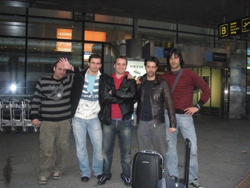 Los espartanos bilbainos en el aeropuerto