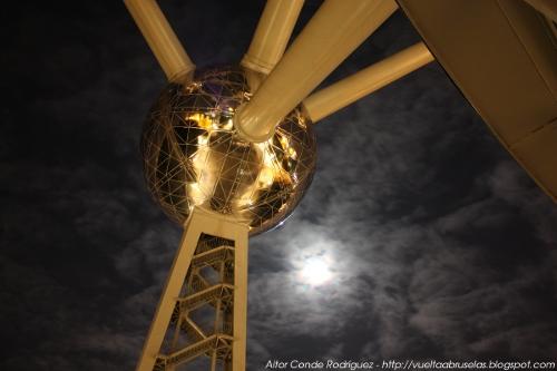 Atomium y la luna
