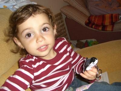 mi sobrina Jone con algo en la mano... ¿qué es? Pues la nave ...