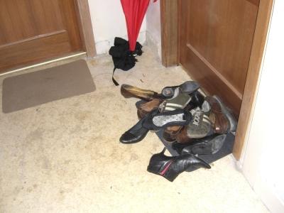 Zapatos en la puerta